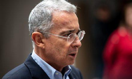 Uribe no renuncia al congreso y logra suspender su proceso