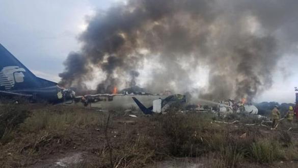 Sobreviven pasajeros al desplome de un avión en México