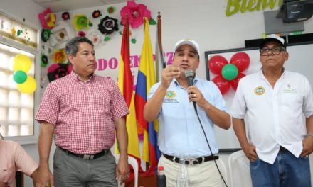 Alcalde entrega libros a estudiantes de Tierrabomba