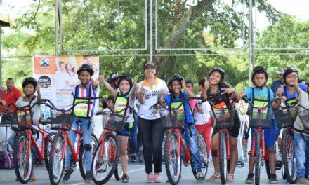 Gobernación entrega 44 bicicletas a estudiantes en Cantagallo