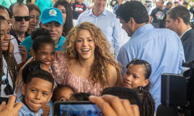 Shakira pone el primer ladrillo