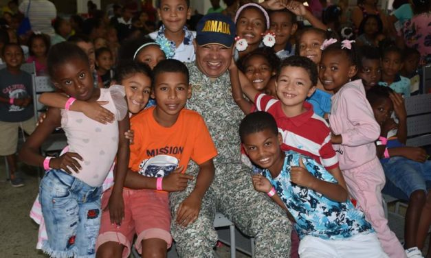 Escuela naval: navidad para los niños y adultos mayores