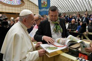 La Biblia del artista Willy Wiedmann llega al Vaticano