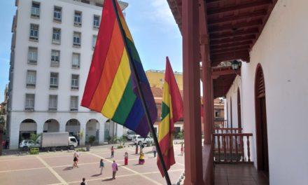 Alcaldía Mayor de Cartagena de Indias izó la bandera arcoíris en el Balcón del Palacio de la Aduana