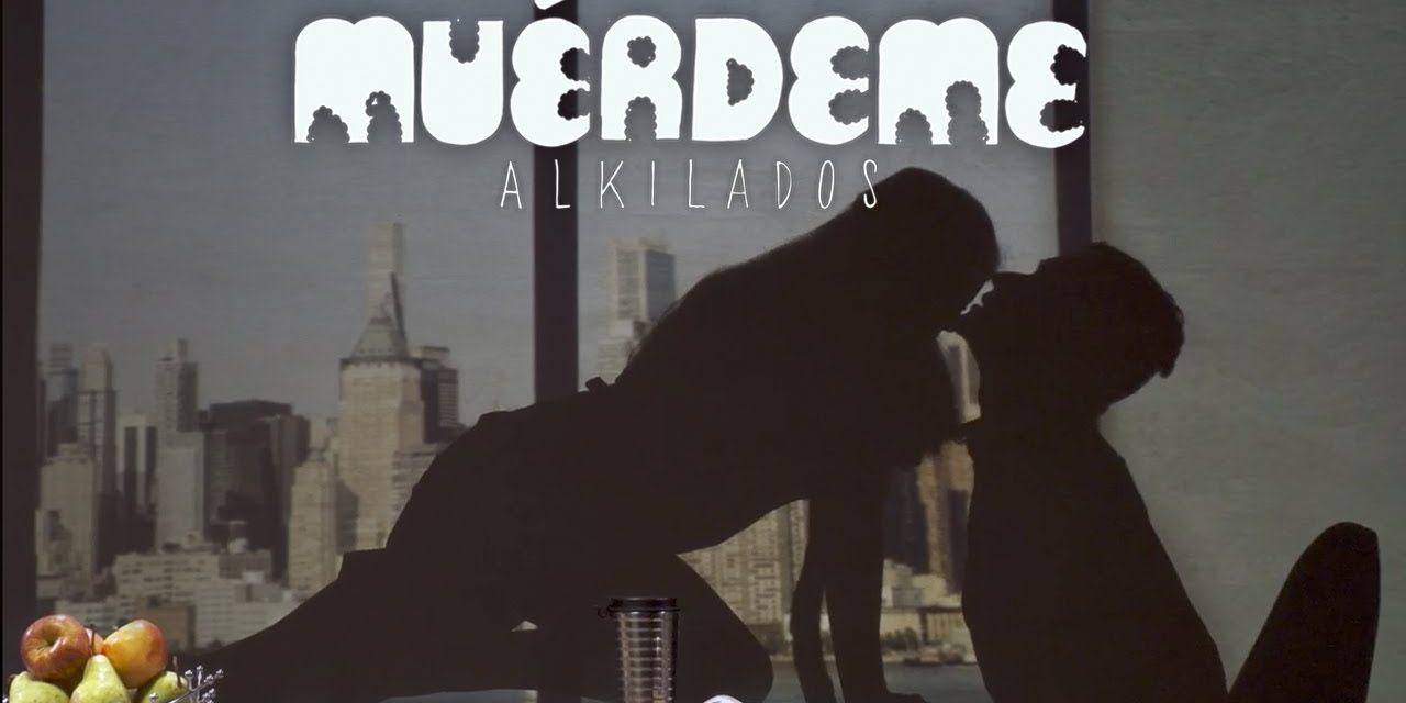 Muérdeme: la sensual canción de Alkilados