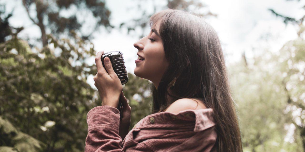 El universo entre tus mano, el nuevo sencillo de Laura MB