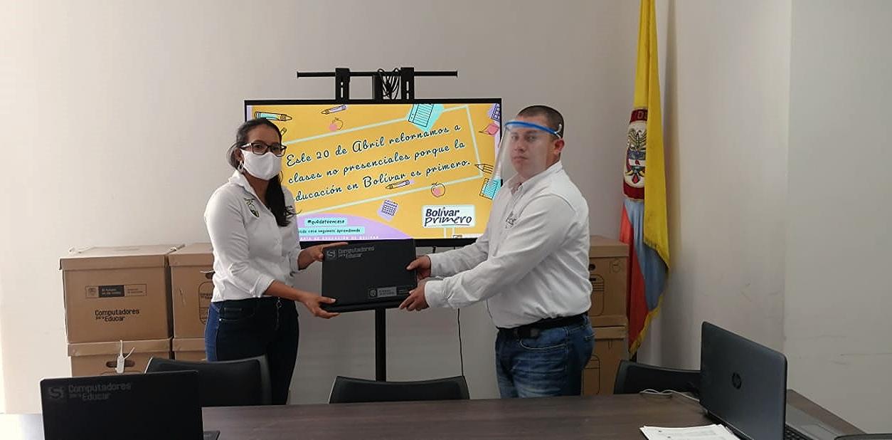 """La Gobernación de Bolívar entregó 296 de 1.180 computadores a escuelas beneficiadas con la estrategia """"InnovaTIC"""" en el departamento"""