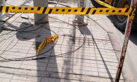 Caída de elementos desde edificio en construcción ocasiona fallas en servicio eléctrico
