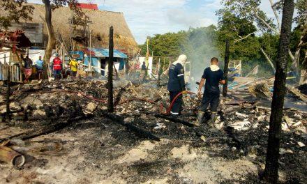 Incendio en Playa Blanca deja un total de 12 quioscos y 4 lanchas quemadas