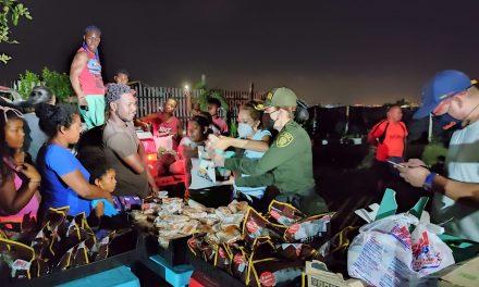 Entrega de alimentos a sectores afectados por la tormenta tropical