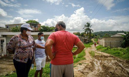 Con apoyo de la empresa ILK, Distrito remueve 40 m³ de tierra en calle principal de El Reposo