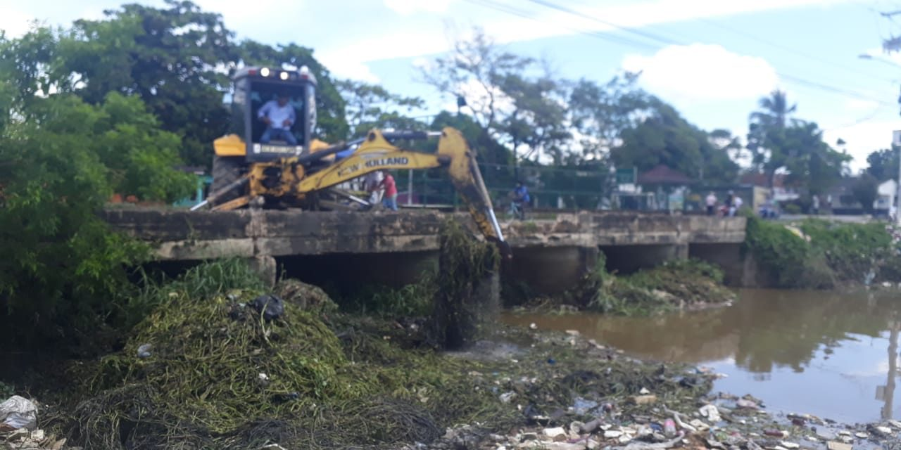 Maquinaria continúa removiendo residuos en canal Matute