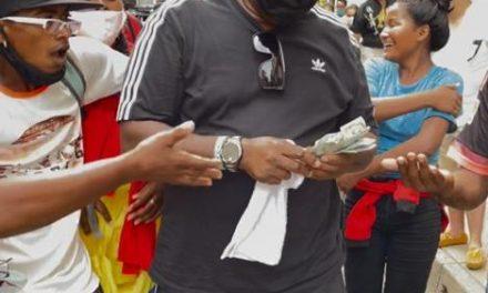 Extranjeros repartieron dinero en las calles del centro histórico de Cartagena