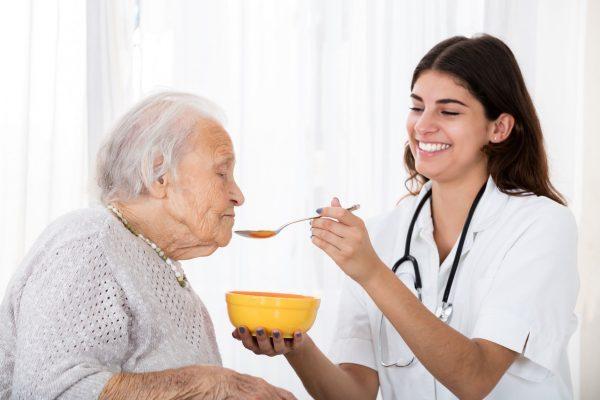 Cómo saber si un adulto mayor requiere una enfermera
