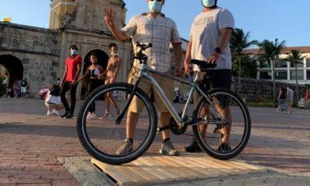 Los ciclistas que tapan los huecos de las calles de la ciudad