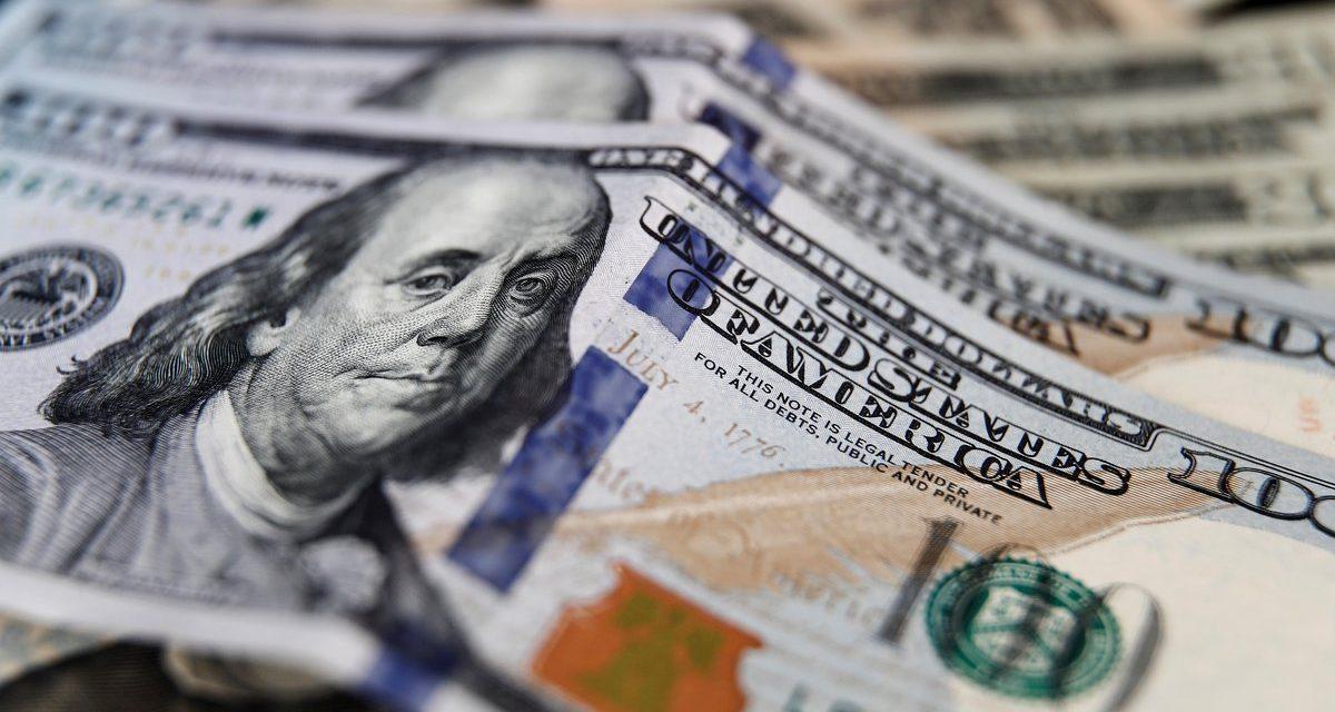 El dólar supera los $3.700 por primera vez en el año