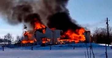 Incendian dos iglesias católicas en Canadá tras el hallazgo de tumbas de niños indígenas