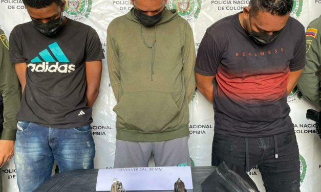Se presentan 3 capturados por porte ilegal de arma y enfrentamientos hacia la policía