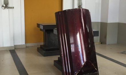 Manifestantes roban ataúdes de funeraria y los utilizan como escudo en protesta en Bogotá