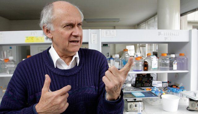 Manuel Patarroyo, el colombiano que trabaja en una vacuna contra la COVID-19 que es capaz de inmunizar contra todas las cepas