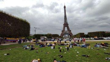 Colombianos protestan por falsos positivos en frente de la torre Eiffel de París