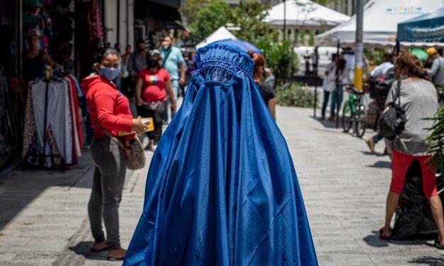 ¿Cuál es la verdad de la mujer que caminó con burka en Medellín?