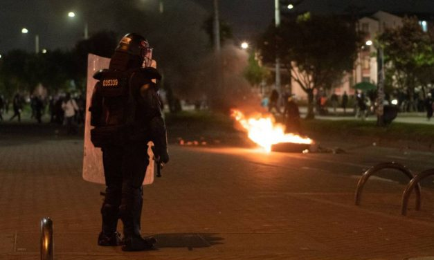 Seis heridos y un CAI destruido durante disturbios en Bogotá