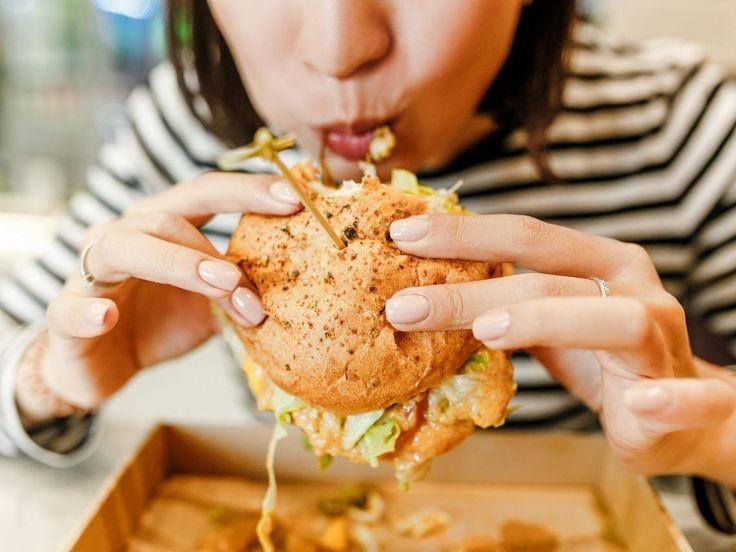 Mujer en Bolivia encuentra un dedo humano cuando comía su hamburguesa