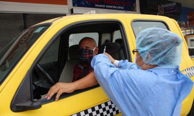 Este sábado, gran jornada de vacunación para taxistas en el Coliseo de Combate