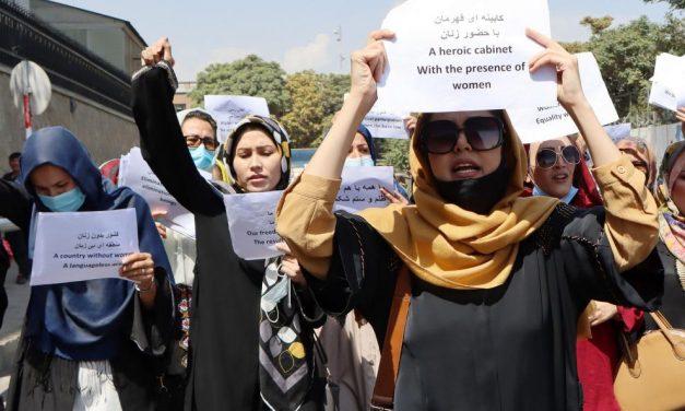 Talibanes dispersan protesta de mujeres con gases y tiros al aire
