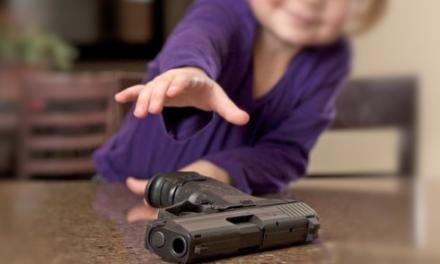 Niño de dos años mata a su madre con pistola dejada por su padre en bolso del menor